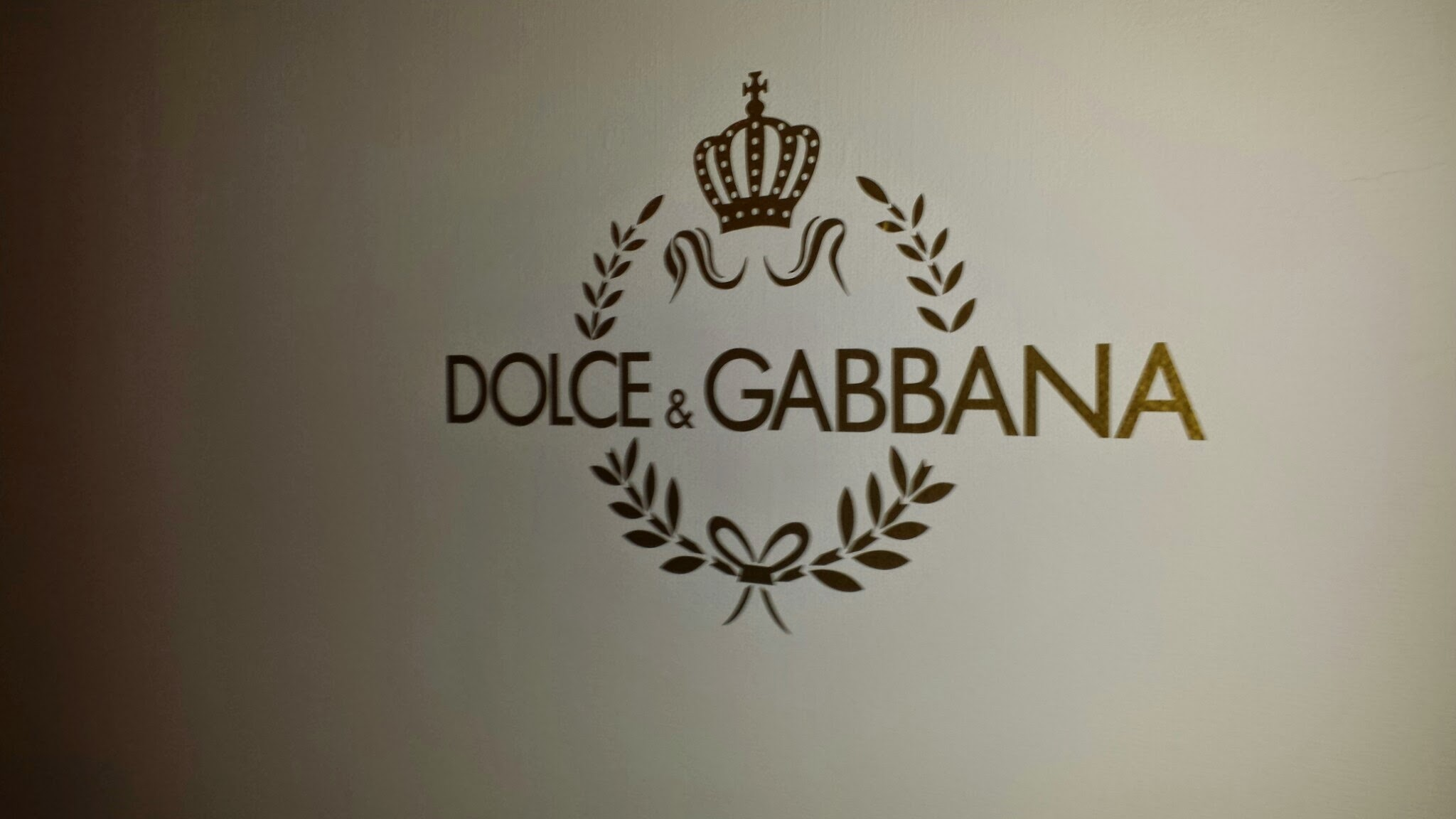 Grafika, logo na ścianie